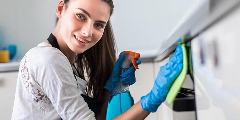 Limpiar un horno a mano, con pirolisis o aqualisis.